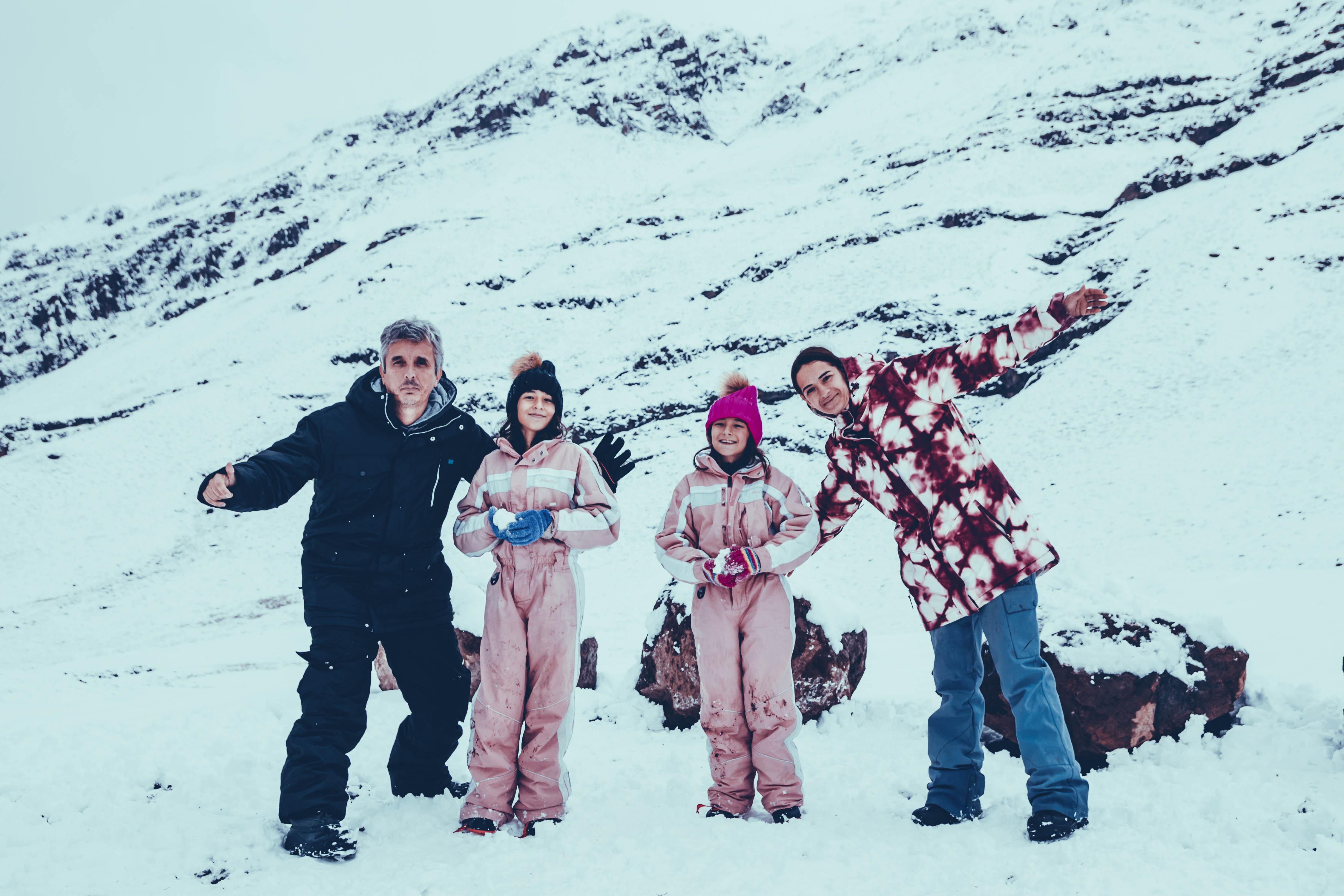 Família com roupas de neve no Valle nevado em Santiago do Chile