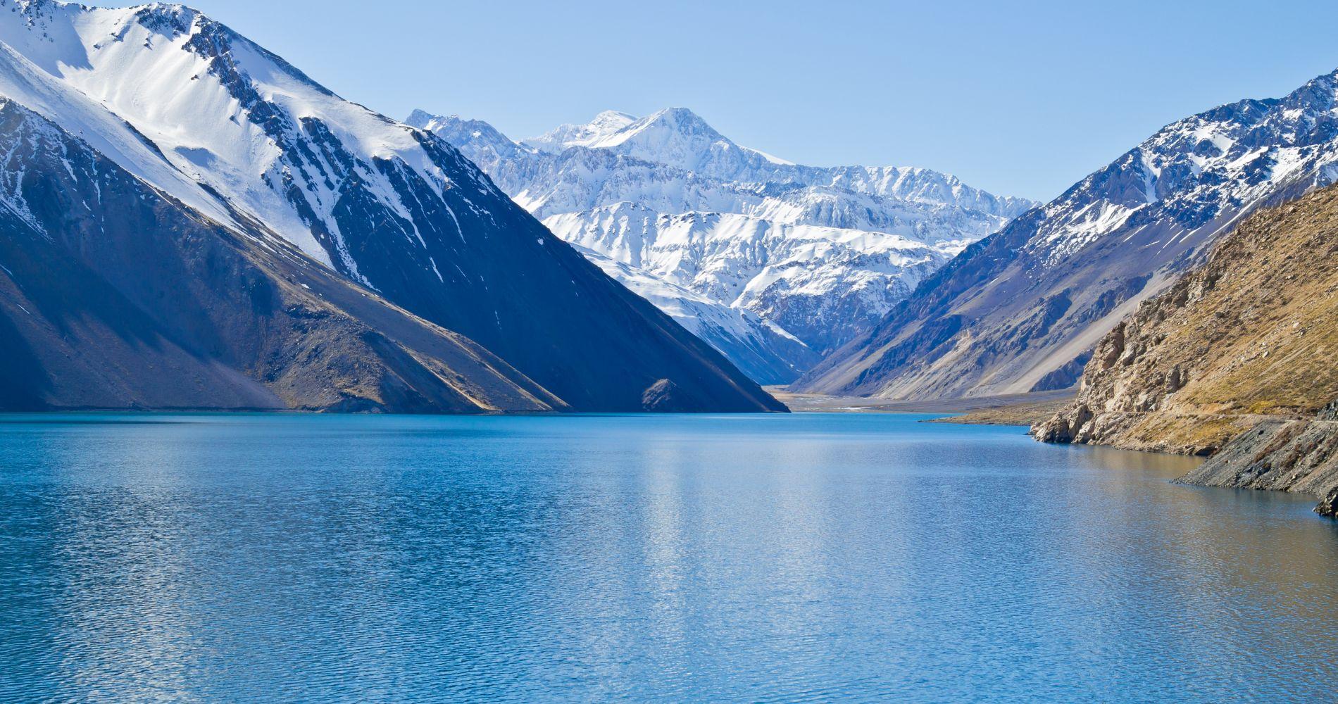 O Embalse el Yeso no inverno em Santiago do Chile. Um lago de cor verde esmeralda.