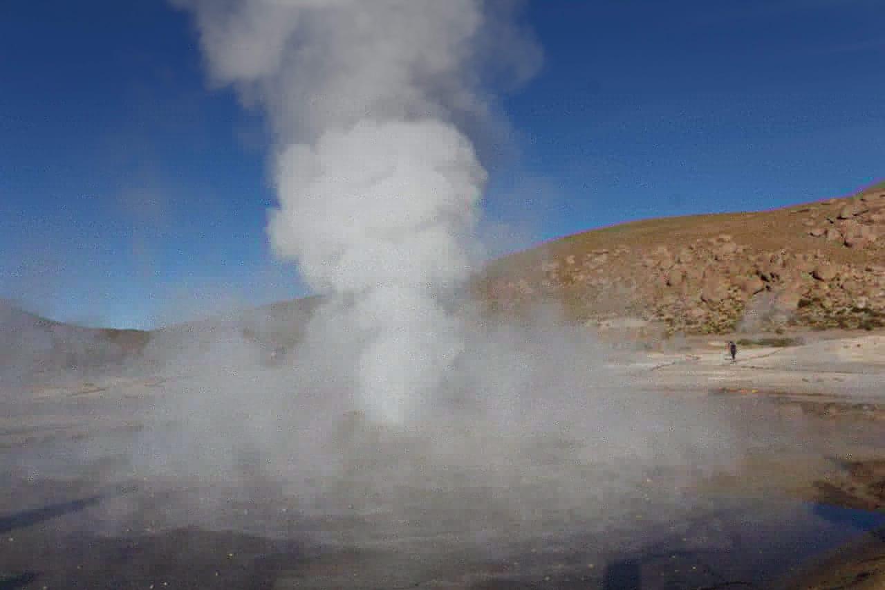 Imagem do Geysers el Tatio. Um geyser jorrando àgua a quase 10 metros de altura.